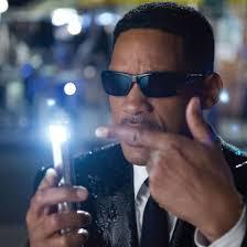 Will Smith holding the neuralyzer